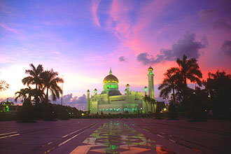 Brunei Bandar Seri Begawan Omar Ali Saifuddien Mosque at sunset