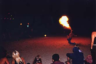Krabi, Rai Lay West Beach: Entertainment with artists and acrobats