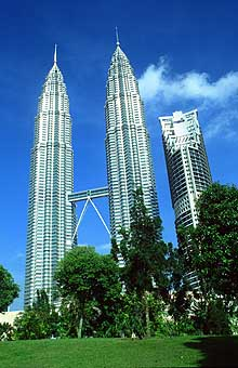 Petronas Twin Towers portrait from park2