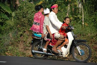 DPS Bali family in traditional balinese dress on motorbike 01 3008x2000
