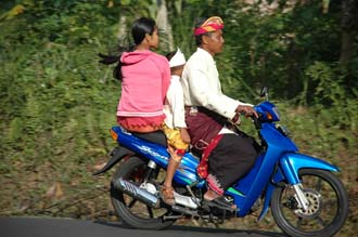 DPS Bali family in traditional balinese dress on motorbike 02 3008x2000