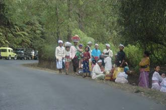 DPS Bali street from Pelaga to Kintamani pilgrims to temple ceremony 01 3008x2000