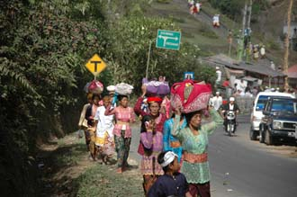 DPS Bali street from Pelaga to Kintamani pilgrims to temple ceremony 03 3008x2000