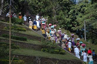 DPS Bali street from Pelaga to Kintamani pilgrims to temple ceremony 04 3008x2000