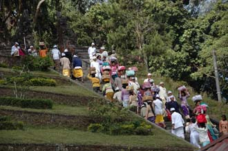 DPS Bali street from Pelaga to Kintamani pilgrims to temple ceremony 05 3008x2000