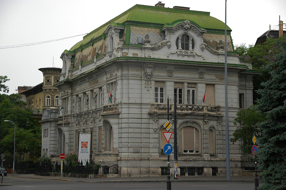 Hungary / BUD Budapest - Heroes Square house on the corner 3008x2000