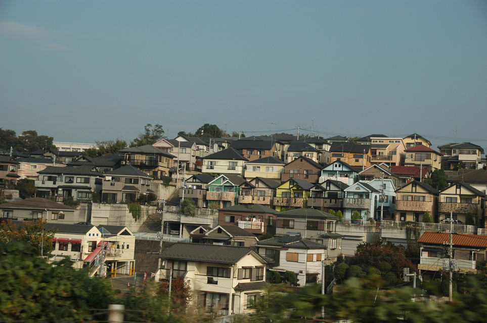 NRT Yokohama - japanese houses seen from Shinkansen bullet train from Tokyo Station to Hakone 02 3008x2000