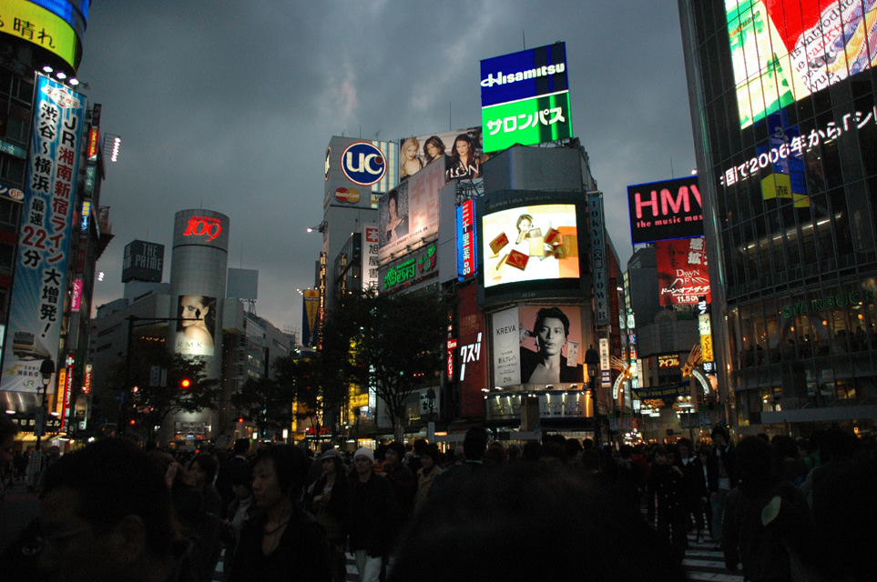 Photo du Japon !!! NRT%20Shibuya%20Tokyo%20-%20youth-oriented%20shopping%20district%20by%20night%20with%20colourful%20advertisement%20lights%2001%203008x2000