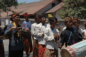 AMI Lombok Loang Gali village traditional dance performance band 3008x2000