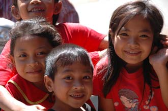 AMI Lombok Masbagik Timur pottery village happy smiling kids with red T-shirts 2 3008x2000