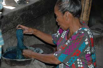 AMI Lombok Pringgasela traditional weaving village woman dyeing the thread 3008x2000