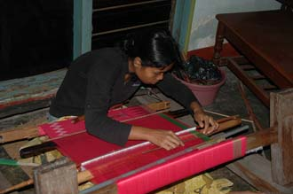 AMI Lombok Pringgasela traditional weaving village woman weaving on simple loom 3 3008x2000