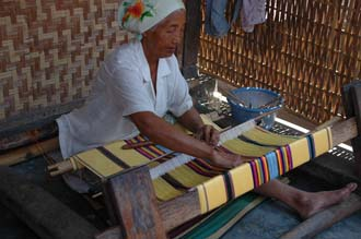 AMI Lombok Pringgasela traditional weaving village woman weaving on simple loom 4 3008x2000