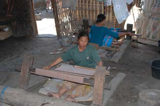 AMI Lombok Pringgasela traditional weaving village woman weaving on simple loom 5 3008x2000