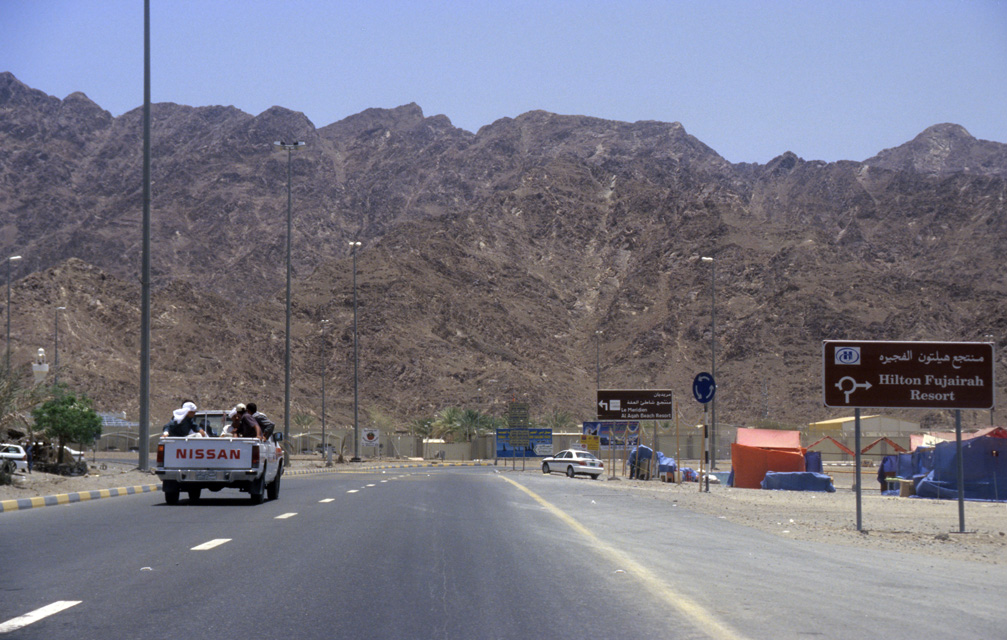DXB Fujairah - highway from Dubai to Fujairah on Omani territory with Hajar mountains 02 5340x3400